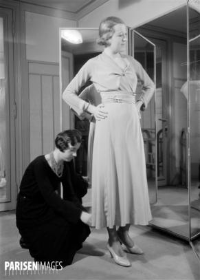 """""""La France travaille."""" Couture et mode. Un essayage. Paris. Maison Madeleine Vionnet. 1931. Photographie de François Kollar (1904-1979). Paris, Bibliothèque Forney."""